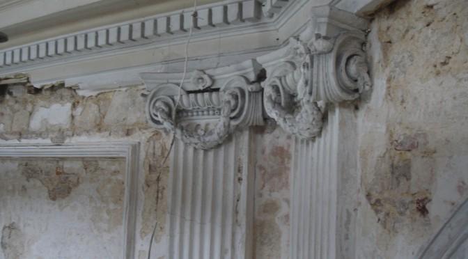 Installation de l'échafaudage et premiers nettoyages des stucs